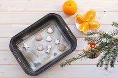 Lebkuchenplätzchen mit Weihnachtsattributen stockbild