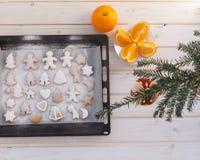 Lebkuchenplätzchen mit Weihnachtsattributen lizenzfreies stockbild