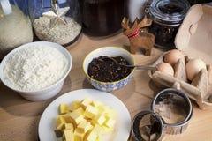 Lebkuchenplätzchen und aromatische Gewürze Stockfotografie