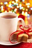 Lebkuchenplätzchen und eine Tasse Tee stockbild
