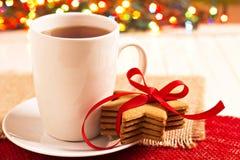 Lebkuchenplätzchen und eine Tasse Tee lizenzfreies stockfoto