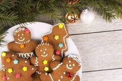 Lebkuchenplätzchen und Weihnachtsbaumast auf einem Holztisch stockfoto
