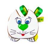 Lebkuchenplätzchenkätzchen verziert mit Zuckerglasur und grünem Bogen Stockbilder