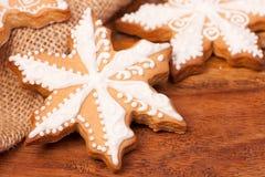 Lebkuchenweihnachtsplätzchen auf einem hölzernen Hintergrund Lizenzfreies Stockbild