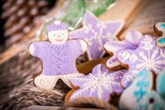 Lebkuchenweihnachtsplätzchen, Schneeflocken ein gingerman Gestrickter Schal und Zimtstangen 2019 neues Jahr Stockfotografie