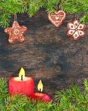 Lebkuchenweihnachtsplätzchen, Tannenbaumaste, Kerzen Weihnachtskarte, leerer freier Raum am hölzernen Hintergrund watercolor lizenzfreie abbildung