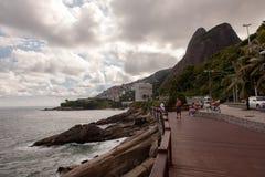 Leblon-beatch Plattform auf Rio de Janeiro mit zwei Bruderbergen lizenzfreie stockfotografie