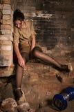 Leblose Frau, die auf dem Steinfußboden sitzt Lizenzfreie Stockfotografie