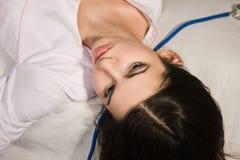 Leblose Krankenschwester, die auf dem Sofa liegt Lizenzfreie Stockfotografie