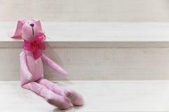 Lebre do brinquedo em um fundo de madeira Imagem de Stock Royalty Free