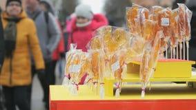 Lecca-lecca dolci dello zucchero di forma differente alla via video d archivio