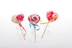 Lecca-lecca Colourful sotto forma di un cuore isolato su fondo bianco, un ossequio festivo, un favorito del regalo, dichiarazione Fotografie Stock