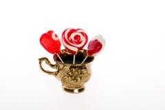 Lecca-lecca Colourful sotto forma di un cuore isolato su fondo bianco, un ossequio festivo, un favorito del regalo, dichiarazione Fotografia Stock Libera da Diritti