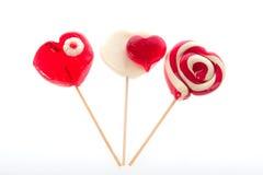 Lecca-lecca Colourful sotto forma di un cuore isolato su fondo bianco, un ossequio festivo, un favorito del regalo, dichiarazione Fotografia Stock