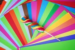 Lecca-lecca dolce torta variopinta con le carte brillantemente colorate Immagini Stock