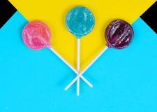 Lecca-lecca variopinte della caramella su un fondo luminoso stile di Pop art immagini stock libere da diritti