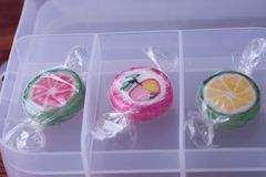Lecca-lecca variopinte e caramella rotonda colorata differente della frutta nel wr immagine stock libera da diritti