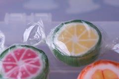 Lecca-lecca variopinte e caramella rotonda colorata differente della frutta nel wr Fotografie Stock Libere da Diritti
