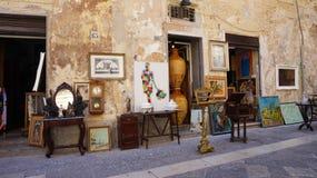 LECCE, ITÁLIA - 2 DE AGOSTO DE 2017: loja da lembrança dos ofícios na rua acolhedor velha em Lecce, Itália Arquitetura e marco de imagem de stock