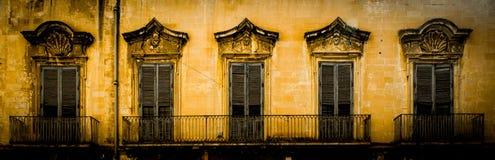 Lecce, Itália - janelas velhas no estilo barroco Imagem de Stock