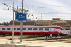 LECCE, ITALIA MAYO DE 2016: Un tren de Trenitalia llega en el ferrocarril de Lecce Foto de archivo