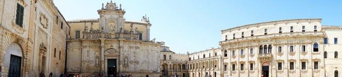 LECCE ITALIEN - AUGUSTI 2, 2017: Panoramautsikt av den Piazza del Duomo fyrkanten mus för sacra för arte med för Lecce domkyrka-  Royaltyfri Bild