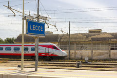 LECCE, ITALIEN MAI 2016: Ein Trenitalia-Zug kommt im Bahnhof von Lecce an Stockbilder