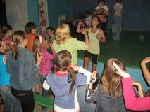 Lección de danza por adolescencias en campamento de verano foto de archivo