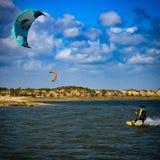 Lección de Kitesurf, laguna de Taíba, Ceará, el Brasil Wind& x27; ciudad de s imagen de archivo