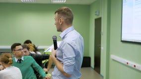 Lección de la economía en la audiencia de universidad Los estudiantes han venido a una conferencia El profesor de un seminario ex almacen de video