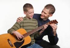 Lección de la guitarra Imagen de archivo libre de regalías