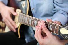 Lección de la guitarra Foto de archivo libre de regalías