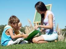 Lección de la literatura en el aire fresco Imagenes de archivo