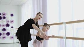 Lección de la maestría del ballet una pequeña bailarina se involucra con su profesor almacen de metraje de vídeo