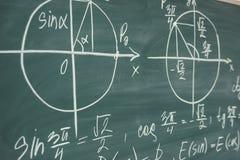 Lección de la matemáticas de la escuela trigonometría Gráficos de la función de la pizarra foto de archivo