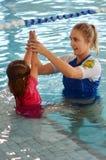 Lección de la piscina del niño Imagenes de archivo