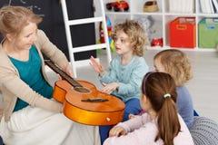 Lección de música con los niños foto de archivo libre de regalías
