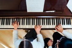 Lección de piano en una escuela de música Fotografía de archivo libre de regalías