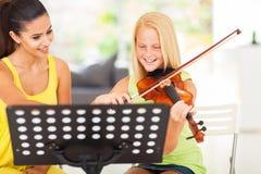 Lección de violín de la muchacha Foto de archivo