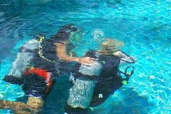 Lección del equipo de submarinismo imagenes de archivo