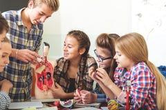 Lección fascinada con los adolescentes interesados Foto de archivo