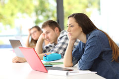 Lección que escucha agujereada de los estudiantes en una sala de clase imagen de archivo