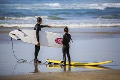 Lección que practica surf Fotos de archivo