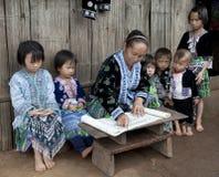 Lecciones con el grupo étnico Meo, Asia de los niños Fotos de archivo libres de regalías
