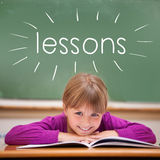 Lecciones contra el alumno lindo que se sienta en el escritorio Fotografía de archivo