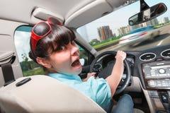 Lecciones de conducción La mujer detrás de la rueda Fotografía de archivo