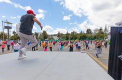 Lecciones de danza en aparcamiento de Quito imagenes de archivo