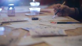 Lecciones de grupo para poner letras Dibuje una pluma hecha en casa almacen de metraje de vídeo