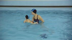 Lecciones de la natación en la piscina almacen de metraje de vídeo