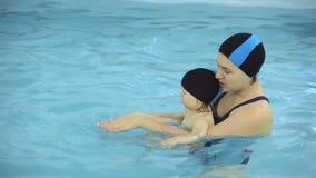 Lecciones de la natación en la piscina metrajes